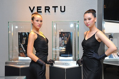 2_22_1321263784_82_Vertu-Boutique-with-modelresize_d124d