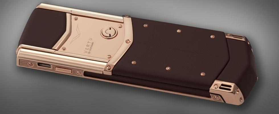 """Vertu Signature được khơi nguồn cảm hứng từ những tiêu chuẩn của đồng hồ Grand Complication. Các nghệ nhân hàng đầu của Vertu đã mất khoảng 3 năm để lắp ghép từng chi tiết nhỏ nhất trong chiếc điện thoại này. Đây là một trong những dòng sản phẩm điện thoại cao cấp đầu tiên của Vertu được tung ra thị trường với thiết kế độc quyền và xứng tầm đẳng cấp. Thậm chí những yếu tố nhỏ nhất trên tác phẩm nghệ thuật này đều ẩn chứa những đường nét sang trọng nhưng không kém phần thanh lịch. Được chế tác từ thép không gỉ và vật liệu quý hiếm như platin, vàng, kim cương, chỉ riêng dòng sản phẩm Vertu Signature đã sở hữu 74 bằng sáng chế bảo vệ quyền sở hữu trí tuệ. Mỗi sản phẩm trước khi tung ra thị trường cũng đã trải qua các cuộc kiểm nghiệm khắt khe nhằm đảm bảo chiếc điện thoại đến tay người tiêu dùng là hoàn toàn hoàn hảo. Điều này thực hiện đúng theo châm ngôn của Vertu : """"Điều cuối cùng chúng ta thấy là điều đầu tiên mà khách hàng nhìn thấy"""". Mọi công đoạn để hoàn thành nên chiếc điện thoại này đều được thực hiện một cách công phu và tỉ mỉ. Phải mất 4 năm để các kỹ sư của Vertu mới hoàn thành bộ bàn phím với những vi mạch mỏng nhất trên thế giới đồng thời cân chỉnh để mang lại sự hoàn hảo cho người dùng. Mặt dưới phím được tích hợp những thấu kính tí hon được thiết kế nhằm tăng cường ánh sáng, chiếu sáng cho bàn phím thông qua một lớp polymer có chất lượng quang học và một lớp mực màu bạc trong mờ. Ngoài ra, mỗi phím trên kiệt tác nghệ thuật này đều được nâng đỡ bởi một vòng bi được làm từ ngọc ruby cao cấp. Vertu Signature hoàn toàn có thể nâng tầm đẳng cấp, mang đến phong cách hoàn toàn nổi bật cho những quý ông, quý bà thành đạt."""